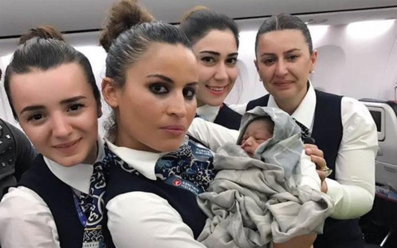 Nasce bimbo in aereo: la compagnia lo farà volare gratis per tutta la vita