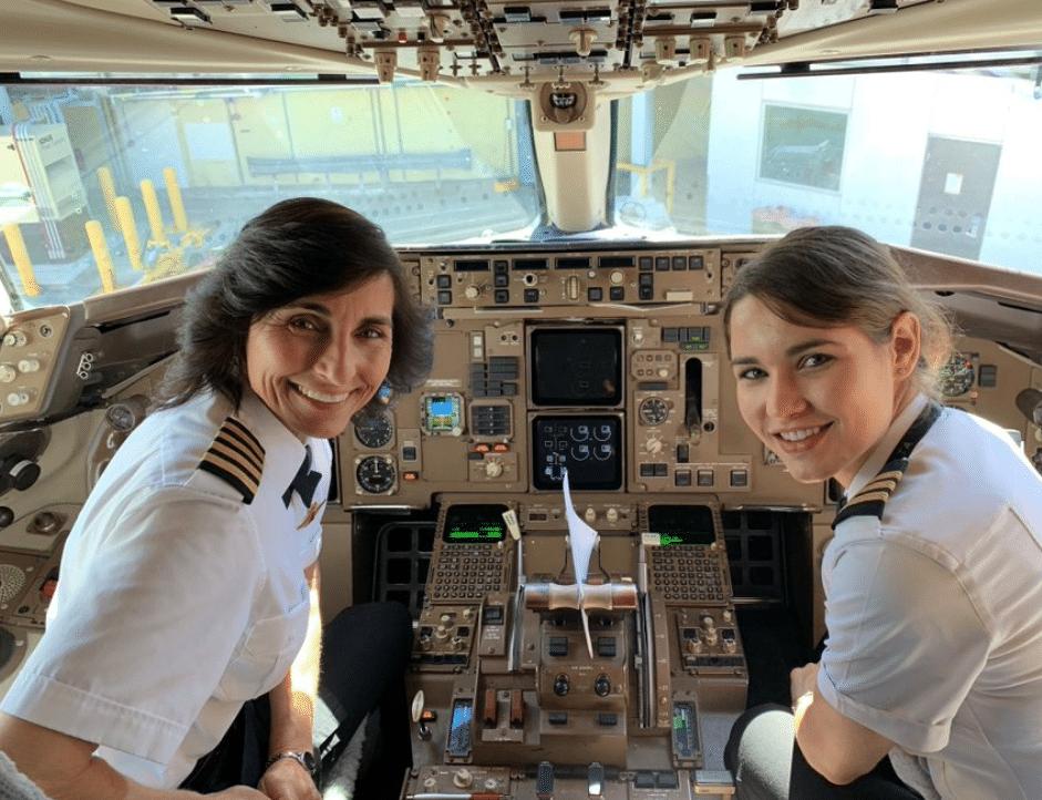 Due donne pilotano un aereo insieme: sono mamma e figlia