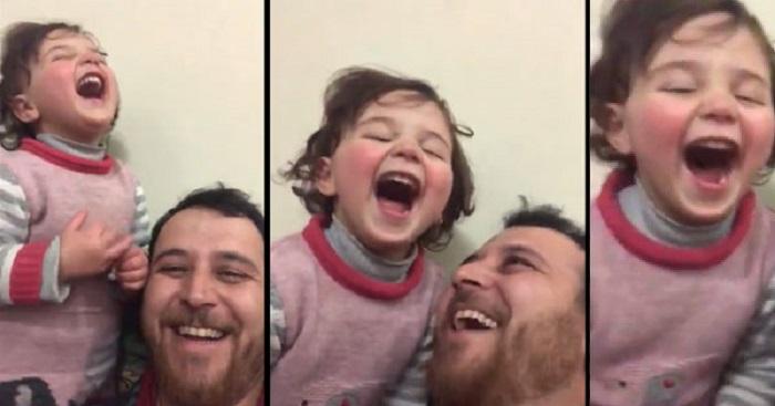 """""""Ridere sotto le bombe"""": il gioco di un papà Siriano per proteggere la figlia di tre anni dagli orrori della guerra"""