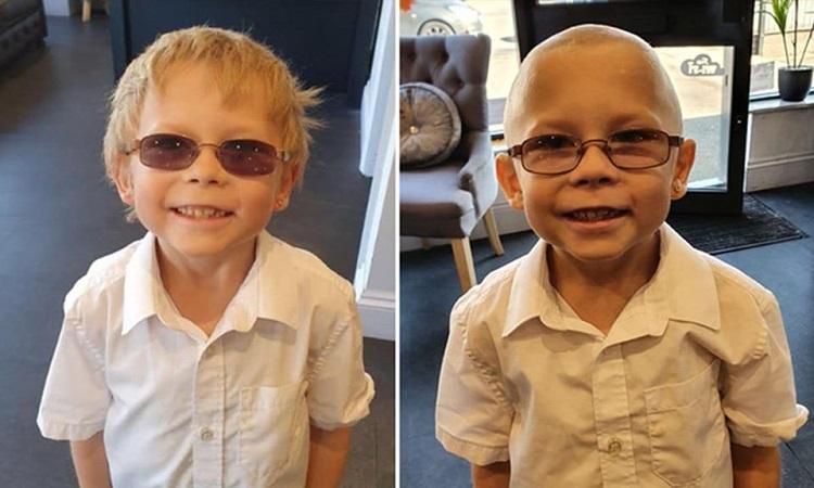 L'amico è malato di leucemia: il bimbo si rasa la testa per non farlo sentire solo