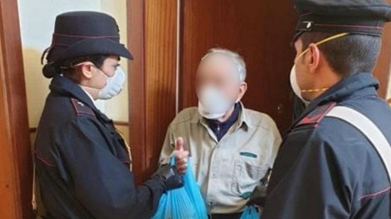 """Un uomo anziano entra in caserma in cerca di aiuto: """"ho fame!"""". Il bellissimo gesto dei Carabinieri"""