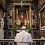 """Papa Francesco prega per noi: """"Ho chiesto a Dio di fermare l'epidemia"""""""