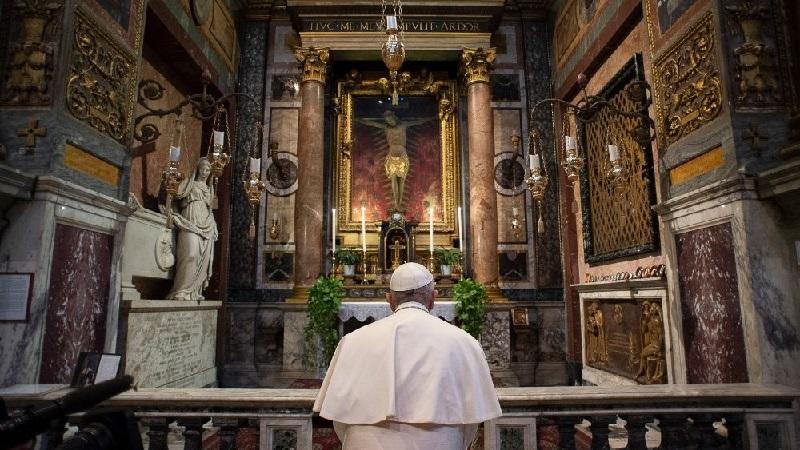 Papa Francesco prega per noi
