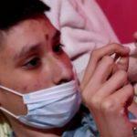 Questo ragazzo 14enne ha il cancro: per pagarsi le cure produce e vende bracciali