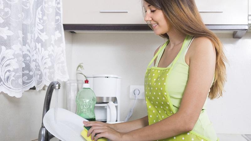 Lavare i piatti migliora la salute: offre diversi benefici e potrebbe allungare la vita