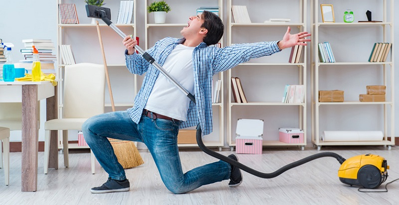 Il segreto della felicità è che qualcun altro pulisca casa. Lo rivela la scienza