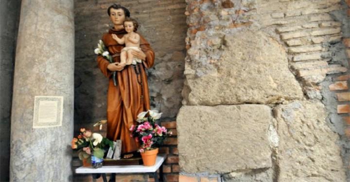 """I genitori stanno pregando Sant'Antonio e il bimbo muto dice """"mamma"""""""